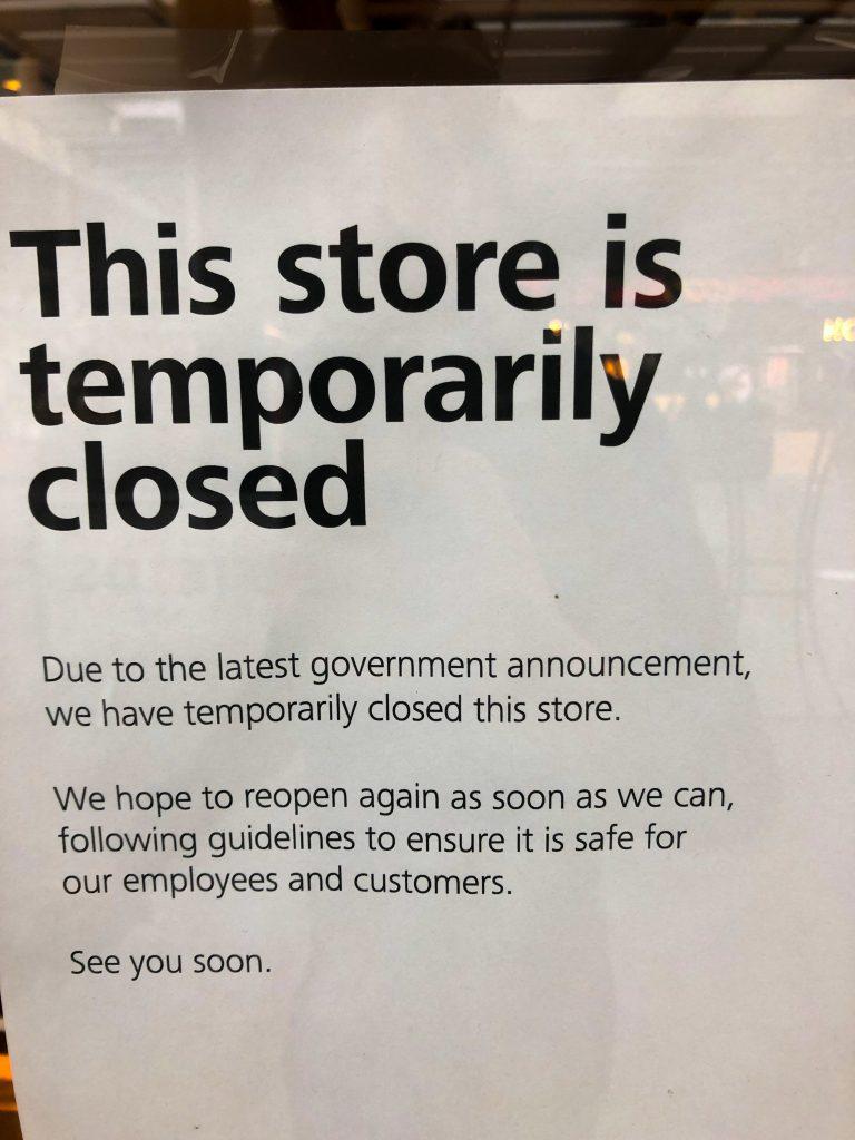 Un cartello avvisa i clienti della chiusura forzata del negozio durante il lockdown