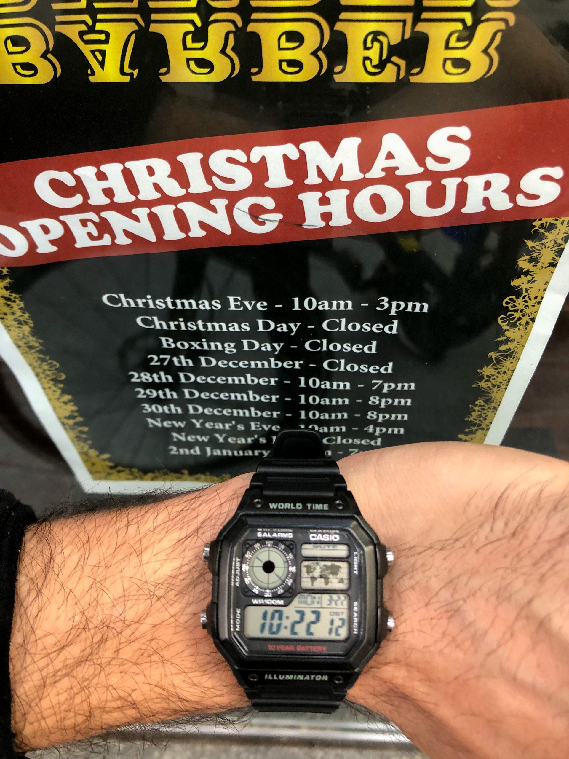 A marzo i negozi chiusi mostrano ancora le insegne di Natale