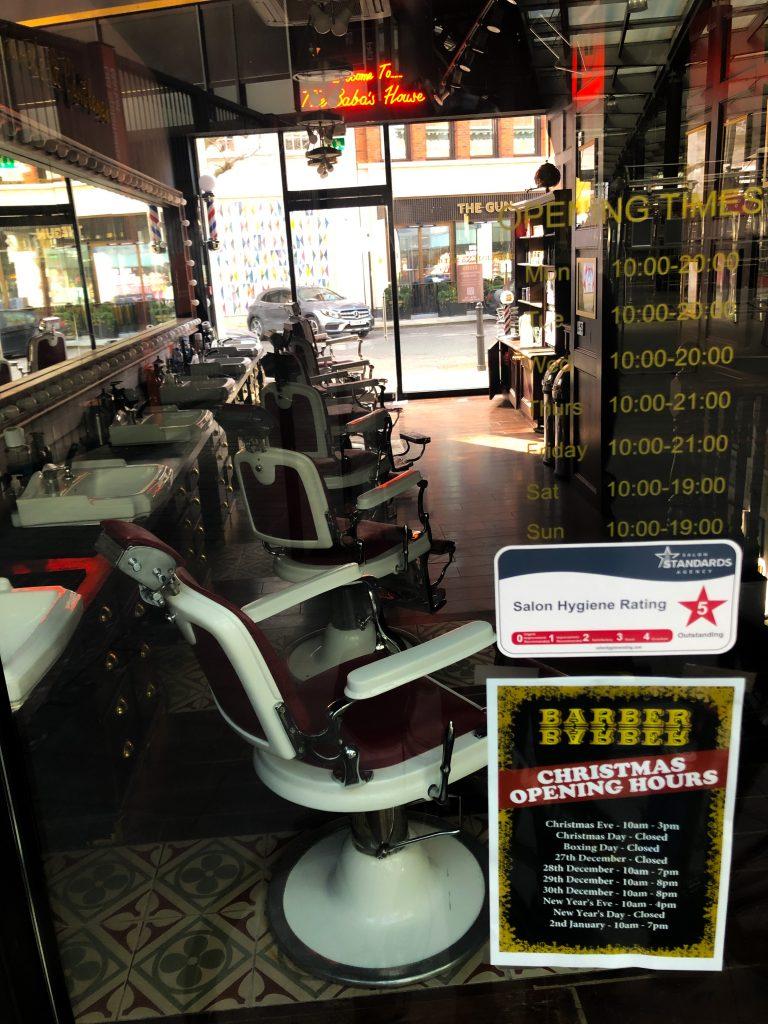 Un parrucchiere a Spitalfields chiuso durante il lockdown